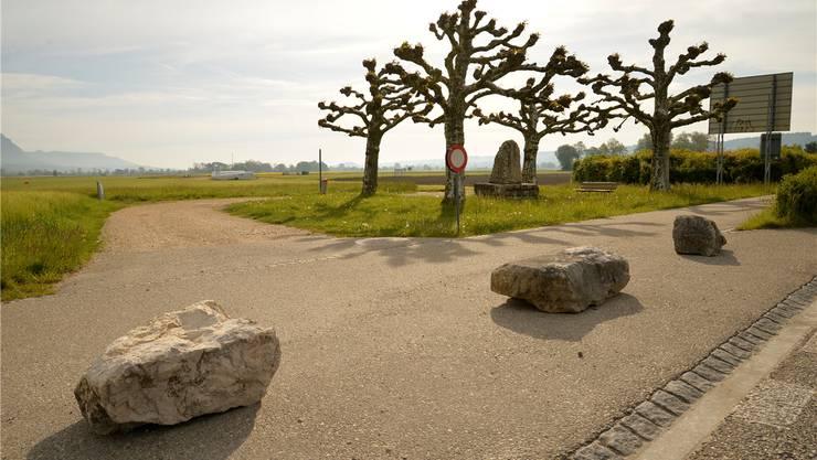 Drei grosse Steine versperren den Weg zum kleinen Platz mit dem Denkmal hinter der Segelflugpiste.