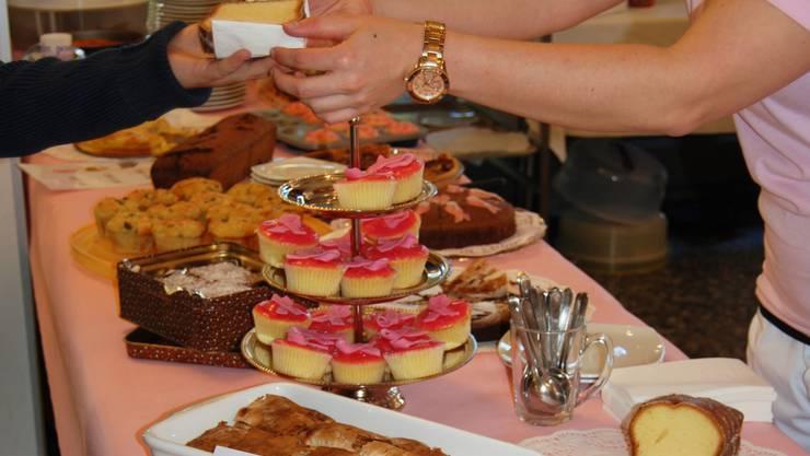 Anlässlich des internationalen Brustkrebsmonats Oktober wurden selbstgemachte Kuchen verkauft.