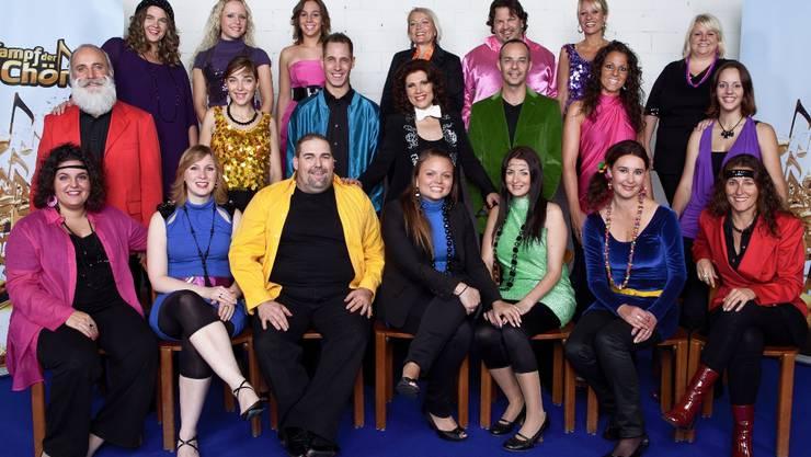 Der Chor Express mit Leiterin Maya Brunner (Bildmitte), Sänger Roman Ballat (untersste Reihe, gelbes Hemd) und Sängerin Antonella Lombardi (unterste Reihe, ganz links).