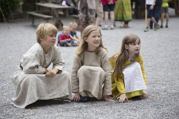 Kinder sehen den Rittern beim Kämpfen zu