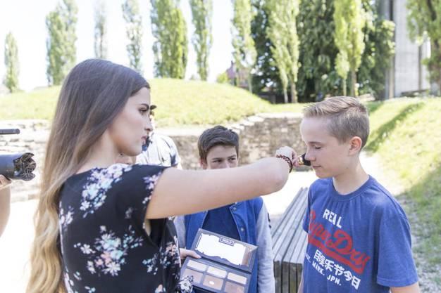 Ana Stojanovic pudert ihre Klassenkameraden ab.