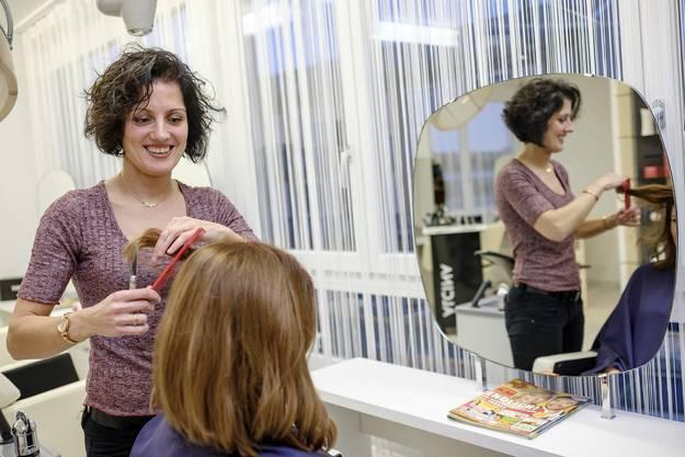 Eliya Monova schuftete für einen Schweizer Coiffeur-Abschluss und hat es zum Schluss geschafft. Heute arbeitet sie als Coiffeuse in Aesch.