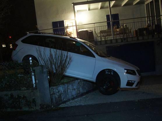 Cham ZG, 13. März: Die Irrfahrt einer alkoholisierten Autofahrerin hat auf einer Stützmauer ein abruptes Ende genommen. Die 53-Jährige war von der Quartierstrasse abgekommen und durch einen Vorgarten gefahren.
