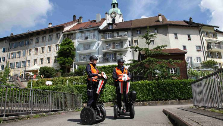 Die Kantonspolizei in Olten probehalber auf den Segways unterwegs; das war im Mai 2016.