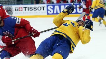 Der Tscheche Jakub Kindl (l.) haut den Schweden Joel Lundqvist um