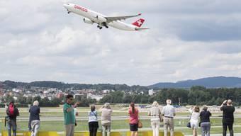 Flugzeuge am Flughafen Zürich dürfen künftig bei Nebel und Bise Richtung Süden gestartet werden. (Symbolbild)