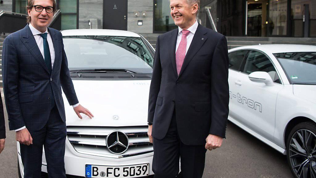 Thomas Weber (rechts), Entwicklungsvorstand beim Autohersteller Daimler, kündigt neues Langstrecken-Elektroauto an. (Archivbild)