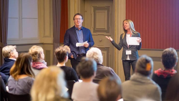 Tourismusdirektor Jürgen Hofer interviewt Claudia Sollberger, die von ihren eigenen Erfahrungen als Stadtführerin berichtet.
