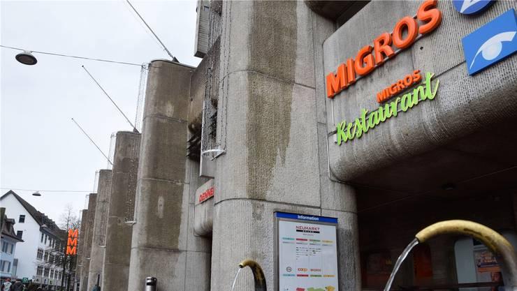 In einem Migros-Restaurant konnte der Beschuldigte dabei beobachtet werden, wie er selbstständig ass (Symbolbild).