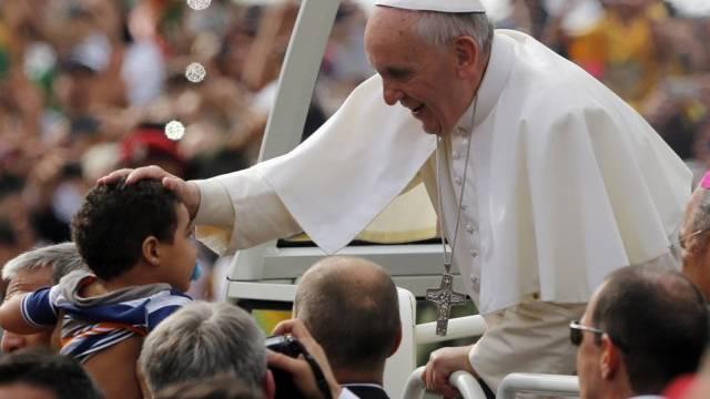 Papst Franziskus segnet in Rio de Janeiro ein Kind (Archivbild)