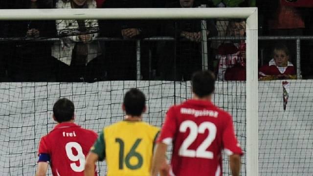 Alex Frei (Nr. 9) setzte seinen Penalty neben das Tor
