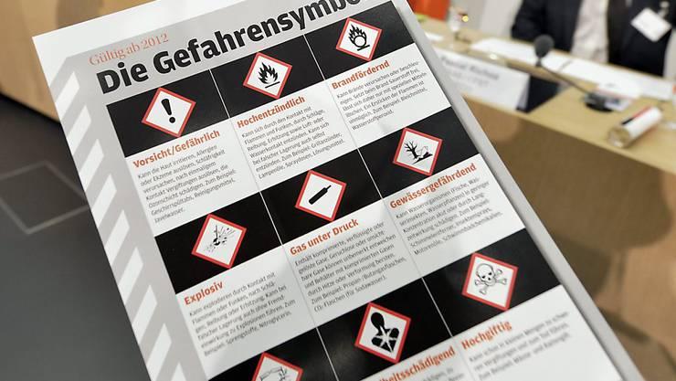 Wegen der neuen, international gültigen Gefahrensymbole hat der Bundesrat die Chemikalienverordnung angepasst. (Archivbild)
