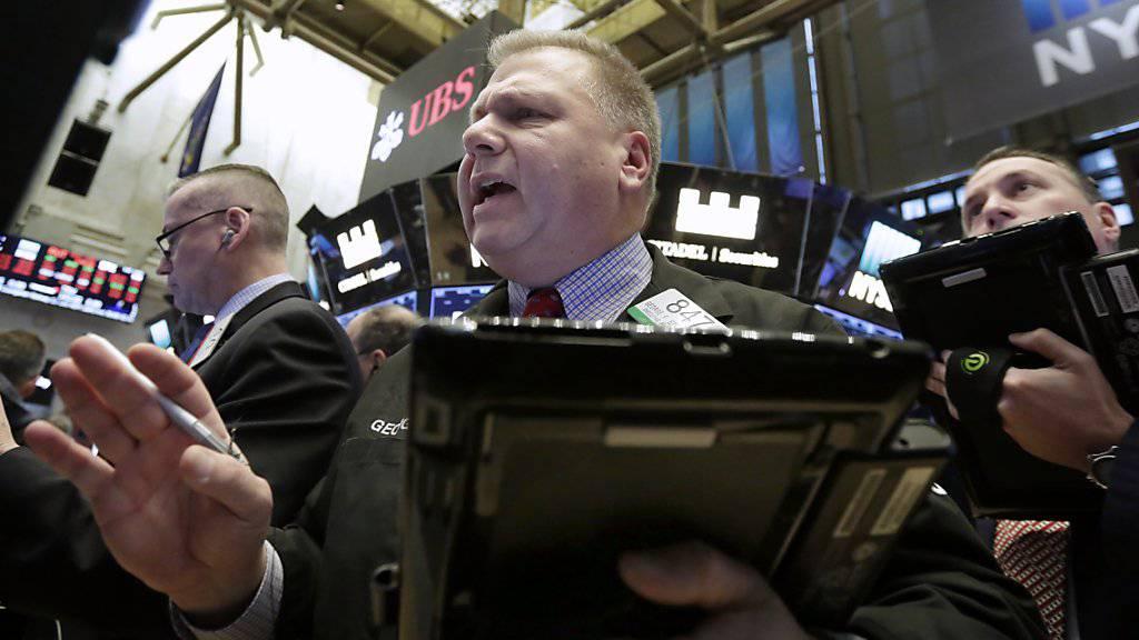 Viel Hektik, grosse Volatilität: Der Dow Jones bewegte sich am Tag nach dem Crash sprunghaft, macht aber zu Handelsschluss einen grossen Sprung nach oben.