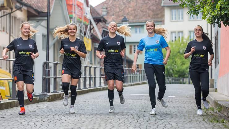 Nach vielen Tränen machen sich die FC Aarau Frauen im Laufschritt und lachend auf in die NLA (v. l.): Nicole Tiller, Lara Jenzer, Michelle Stierli, Jil Schneider und Rita Do Sul Almeida.