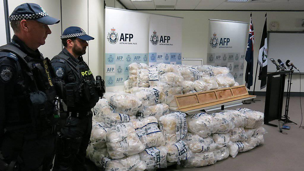 Die australische Polizei hat in einem Vorort der Metropole Melbourne fast eine Tonne an Designerdrogen beschlagnahmt.