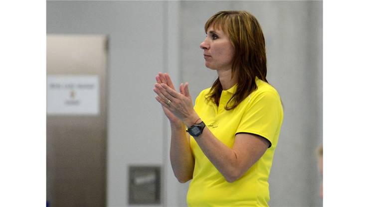 Therwils Trainerin Jana Surikova beklatscht einen guten Spielzug Ihrer Volleyballerinnen.