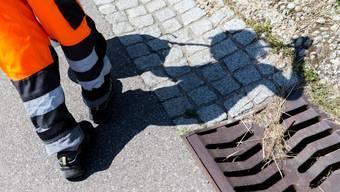 Das Beschäftigungsprogramm in Weiningen trägt dazu bei, dass das Dorf sauber bleibt. Nicht bei allen Teilnehmern kommt die Arbeit gleich gut an.