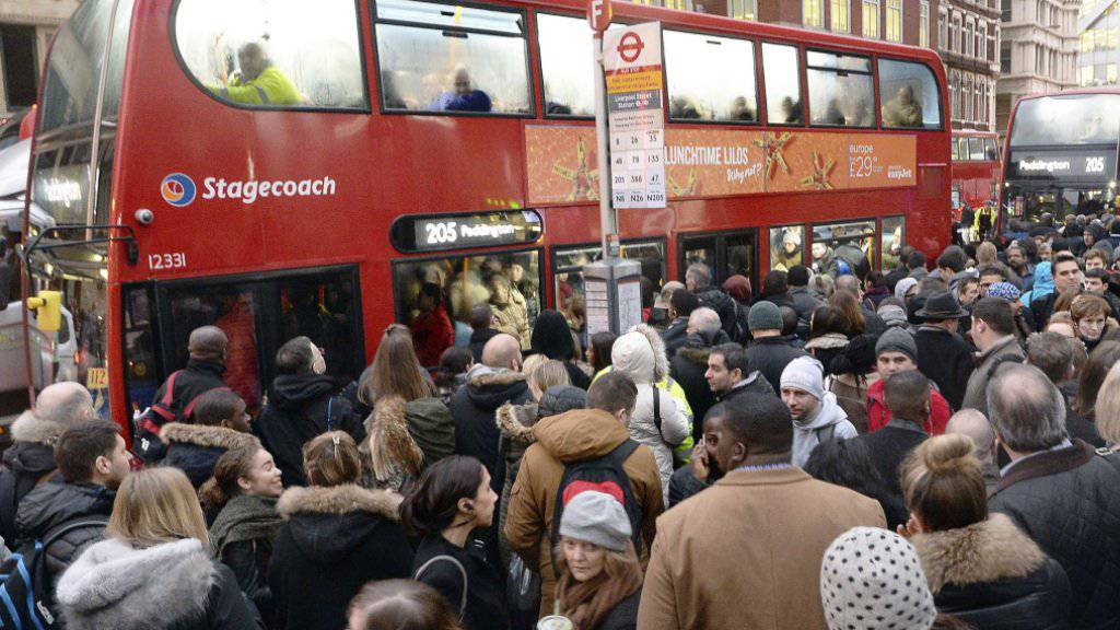 Einen Platz im Bus zu ergattern war am Montag schwierig: Da die U-Bahnen nicht fuhren, wichen die Londoner auf andere Verkehrsmittel aus.