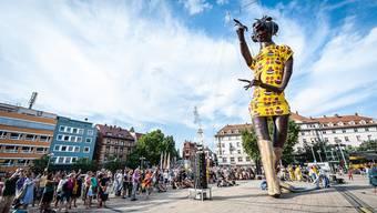 """Darauf dürfen sich die Aarauer freuen: Punch Agathe, die grösste Kasperlifigur der Welt, wird am """"Szene machen"""" von einem Kran durch die Aarauer Altstadt gezogen."""