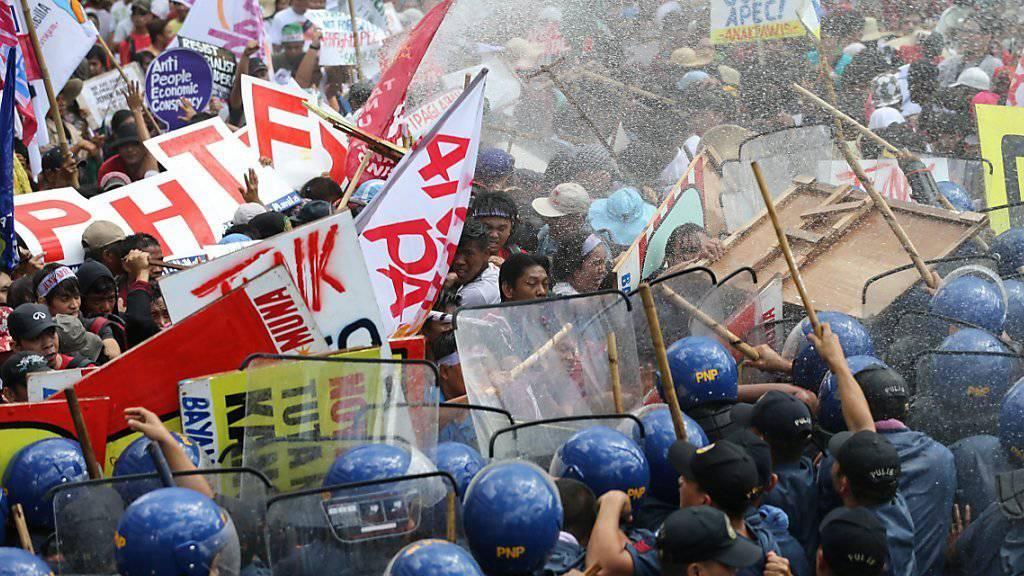 Die Polizei setzte in Manila Wasserwerfer gegen die Demonstranten ein.