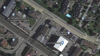 Nachdem die Lenkerin eines Personenwagens einen Velofahrer überholte, kam es beim Einbiegen in die Tankstellen-Einfahrt zur Kollision.
