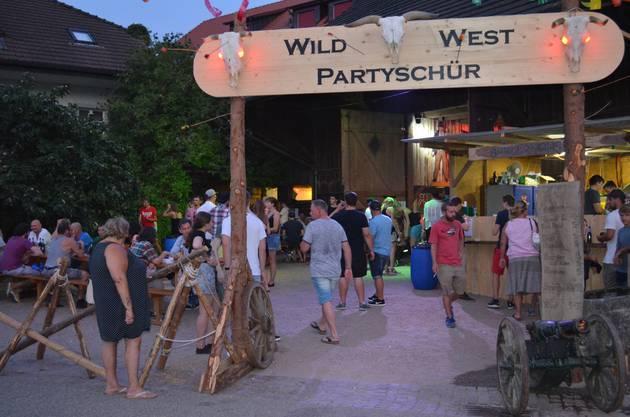 Kulinarisches: In der Wild-West-Partyschür kann man Burger essen.