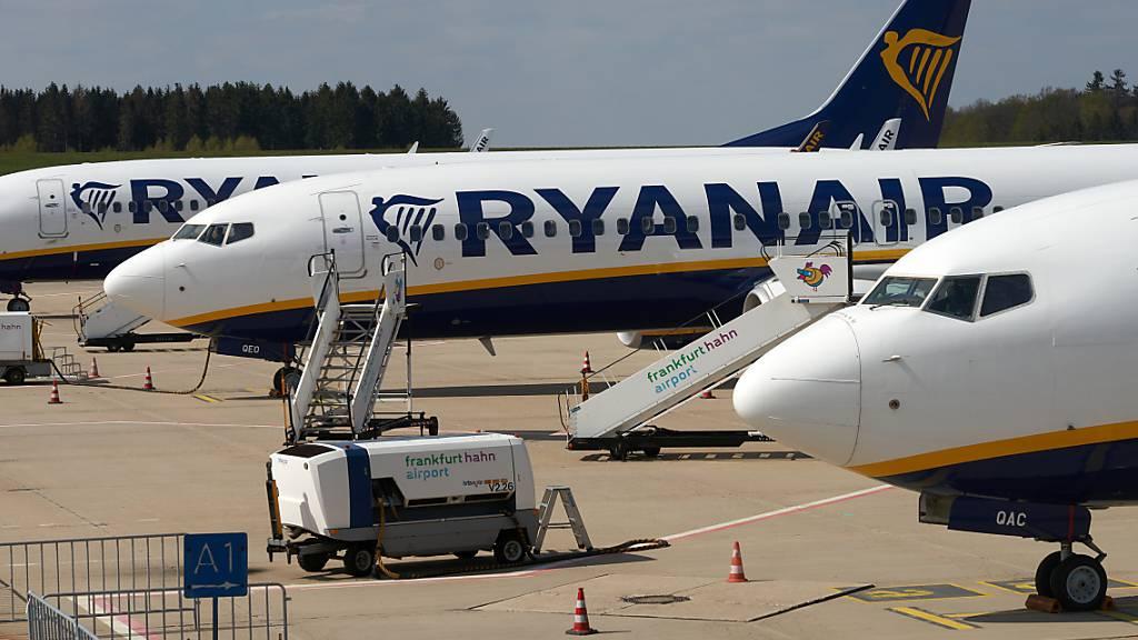 Ryanair rechnet wegen der Coronakrise mit einem Passagiereinbruch um ein Drittel im laufenden Geschäftsjahr, das bis Ende März 2021 dauert. (Archivbild)
