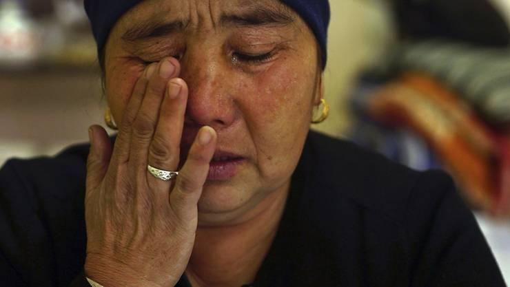Die Mutter einer uigurischen Lager-Gefangenen während eines Interviews mit dem kasachischen Fernsehen am 6. Dezember 2018. Die von Peking so genannten Umerziehungslager sind aus Sicht von Menschenrechtlern eigentliche Konzentrationslager für die chinesischen Muslime zur Gehirnwäsche und zur Folter.