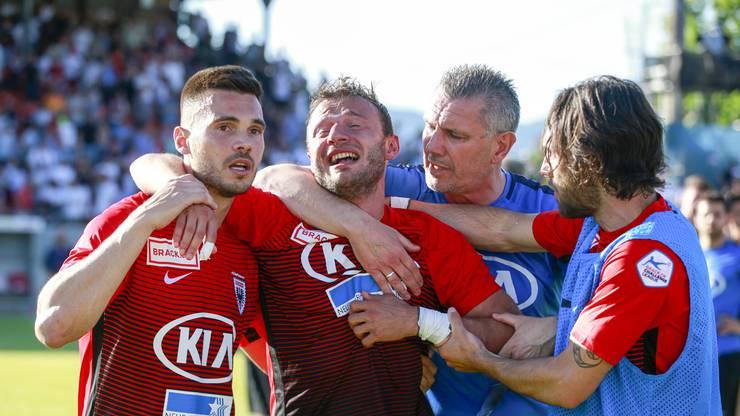 Ein Krimi, den es bei dieser Ausgangslage eigentlich gar nicht hätte geben dürfen: Im Barragerückspiel gegen Xamax kommt es zum Penaltyschiessen, FCA-Kapitän Elsad Zverotic (2.v.l.) patzt.
