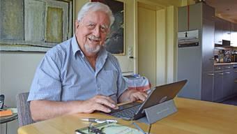 Bernhard Schindler sitzt jeden Vormittag vor dem Computer oder dem iPad und schreibt auf, was ihn bewegt. egu