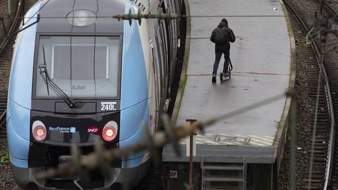 Weil die Züge stillstehen, steigen viele Pendler auf E-Trottis um. Hier an der Gare Saint Lazare.