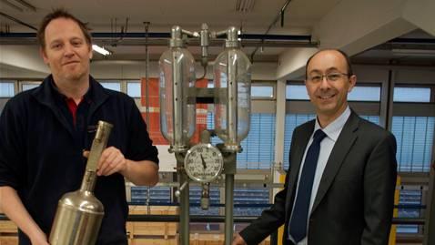 Nicht die letzte, sondern eine der ersten Zapfanlagen präsentieren Geschäftsführer Jürg Dübendorfer (rechts) und Mitarbeiter Patrick Pfister (mit Eich-Gefäss).