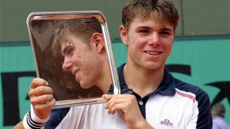 Der erste Grand-Slam-Titel: Stolz präsentiert Junior Stan Wawrinka die Silberschale in Paris 2003. keystone