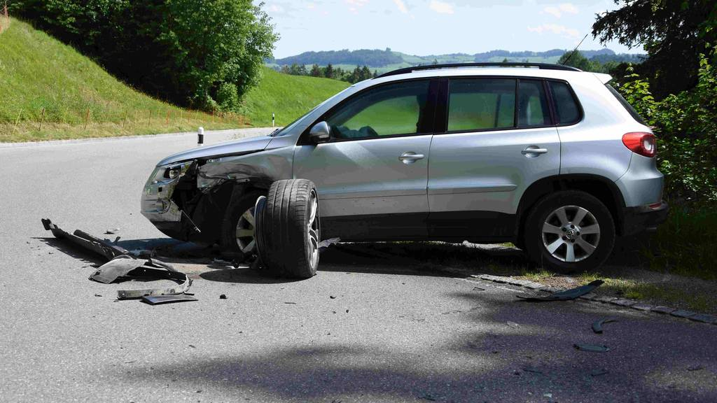 Abgelenkter Autofahrer baut Unfall - Eine Person verletzt