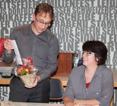 Die Dirigentin, Brigitte Meier-Egloff, wird vom Präsidenten, Werner Zambroni, für 40 Jahre Mitgliedschaft im AOEW geehrt.