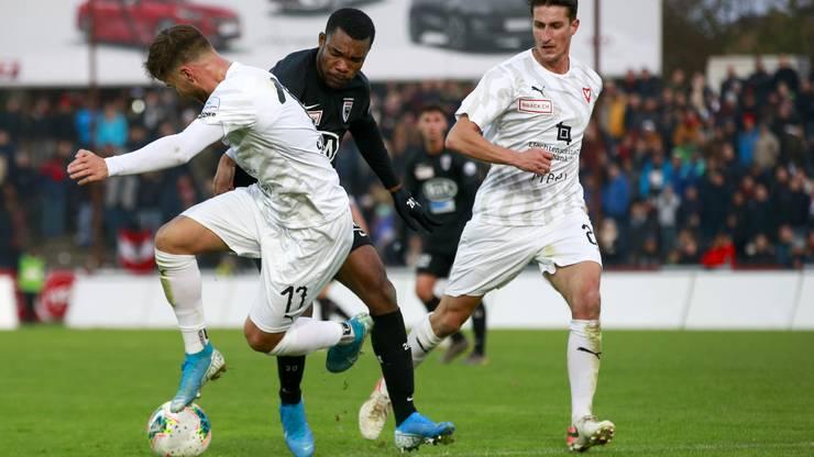 Serey Dié (M.) will den Ball erobern.