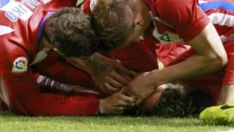 Bange Momente in La Coruña – die Teamkollegen holen Fernando Torres die Zunge aus dem Rachen.