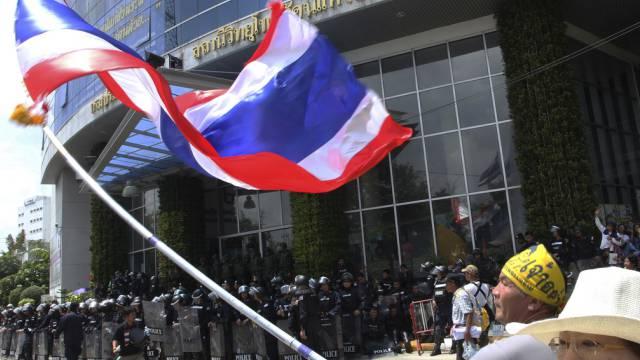 Polizisten beschützen ein TV-Gebäude vor den Regierungsgegnern