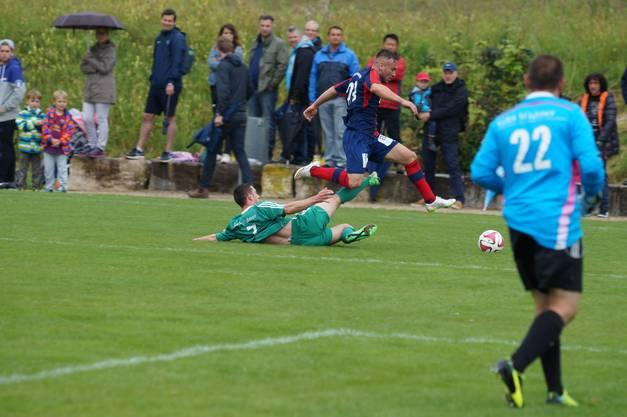 Der FC Birmensdorf (hier mit Fuad Munisi) war von den überforderten Altstettern nicht zu stoppen.