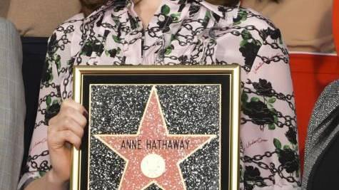 Hathaway räkelt sich auf «Walk of Fame»
