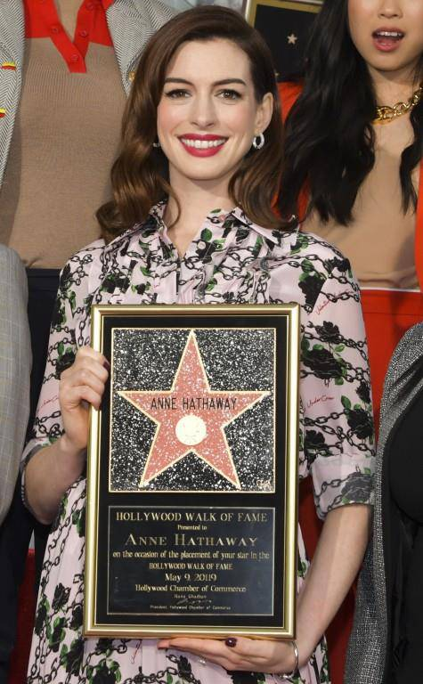 Anne Hathaway und ihr Stern (© Getty Images)