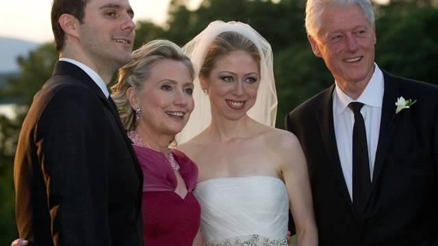 Hochzeitsfoto: Chelsea Clinton mit Mutter Hillary, Vater Bill (r.) und Gatte Mark Mezvinsky (Archiv)