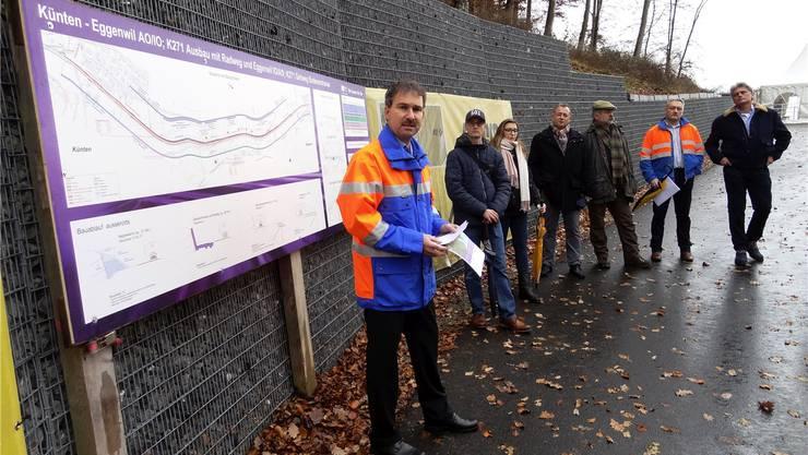 Gesamtprojektleiter Marius Büttiker (links) weiht die neue Strasse ein.