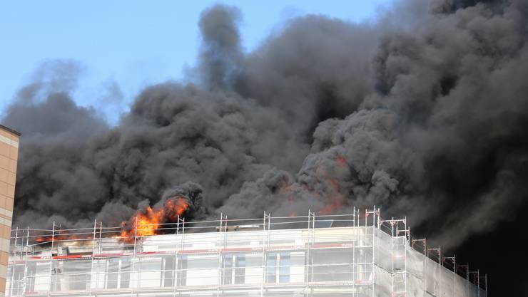Gegen 17.30 Uhr strebten dichte Rauchsäulen dem Oltner Himmel entgegen. Nach zwei Stunden war der Brand unter Kontrolle. (Archiv)