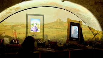 Im Keller spricht Julie von Effinger mit dem heutigen Schlossgärnter über Gemüse.