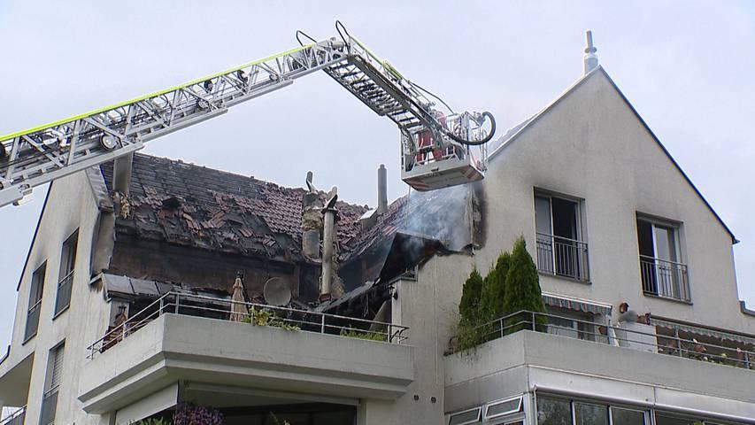 Obfelden (ZH): Grosseinsatz bei Brand in Mehrfamilienhaus