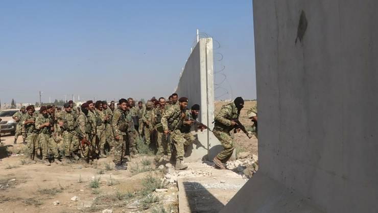 Boden-Truppen der mit der Türkei verbündeten Freien Syrischen Armee stürmen das kurdische Gebiet im Norden Syriens.