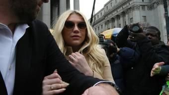 Die Kehrseite des Popstar-Lebens: Kesha (hier beim Verlassen des Gerichts) geht derzeit juristisch gegen ihren Produzenten vor, der sie unter anderem sexuell missbraucht haben soll (Archiv).