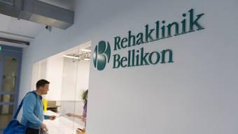 Die Rehaklinik Bellikon privilegiert Halbprivat- und Privatversicherte, indem sie gar ein Verbot bricht.