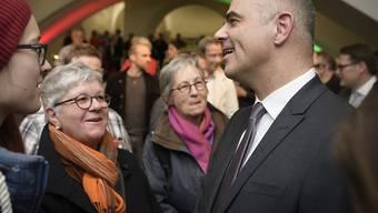 """Bundespräsident Alain Berset im Gespräch mit der St. Galler Bevölkerung nach der Bundesratssitzung """"extra muros"""" am Mittwoch."""